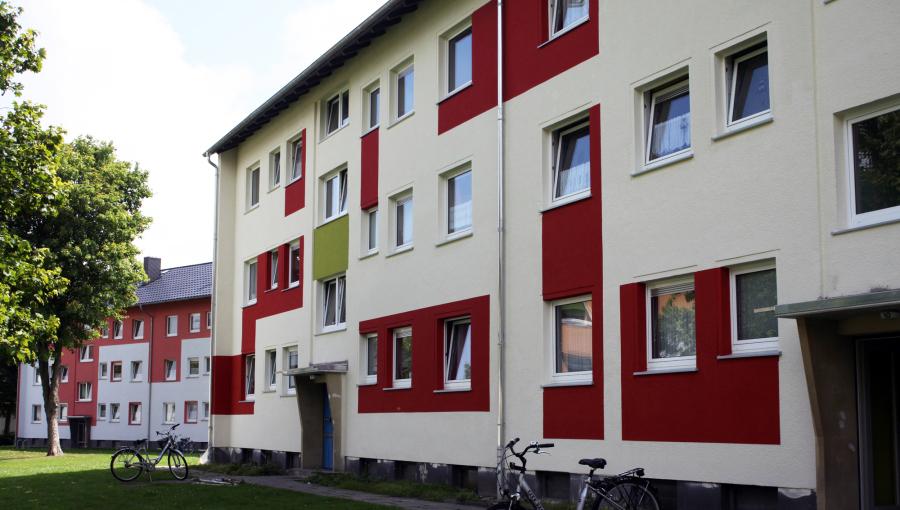 Ein ganzer Straßenzug mit Mehrfamilienhäusern