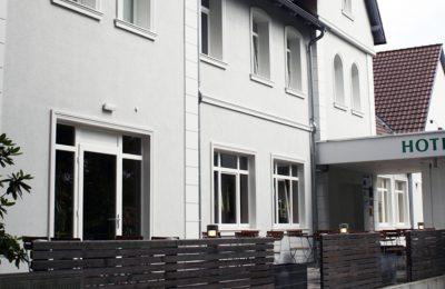 Fassadengestaltung mit Bossen, Fensterbänken und Profilen