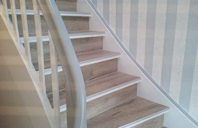 Moderne Streifentapete im Treppenhaus